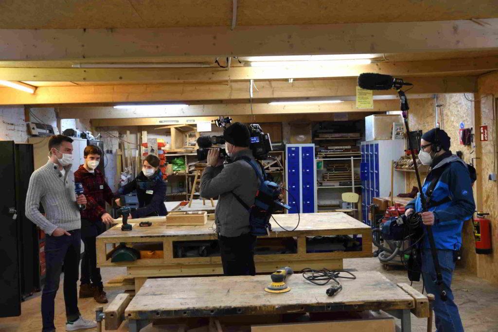 Ein Fernsehteam filmt in der Holzwerkstatt des GarageLab e.V. Düsseldorf