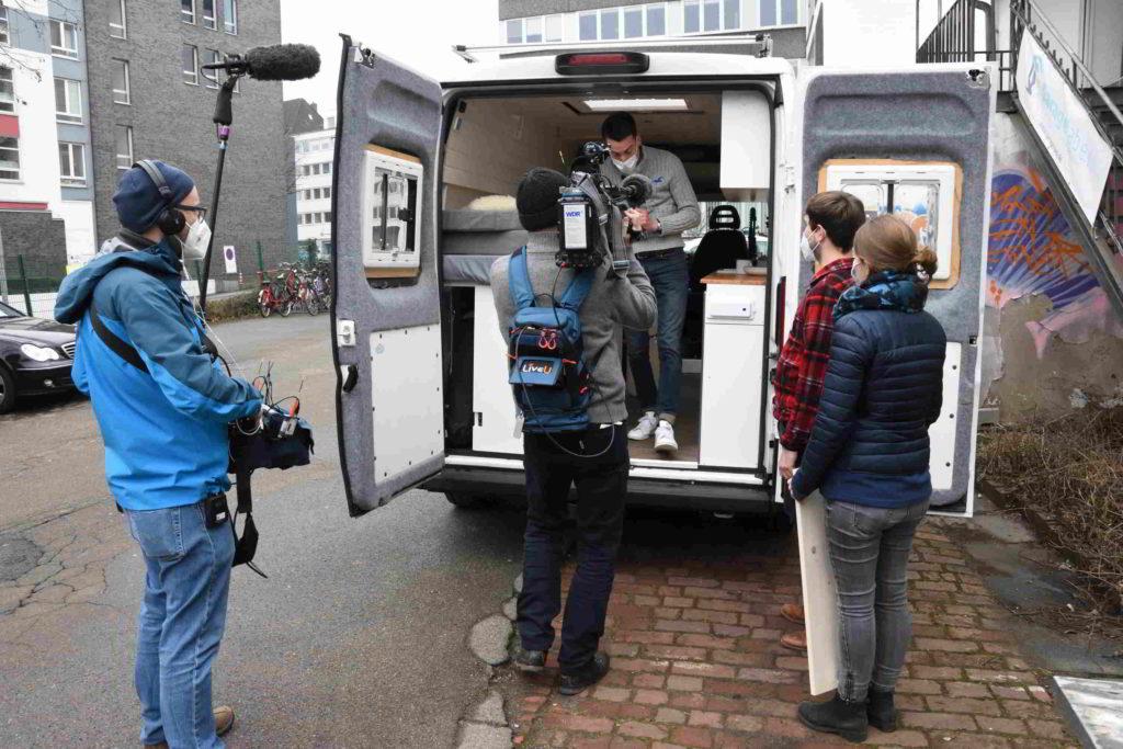 Ein Fernsehteam filmt einen ausgebauten Van im GarageLab Düsseldorf