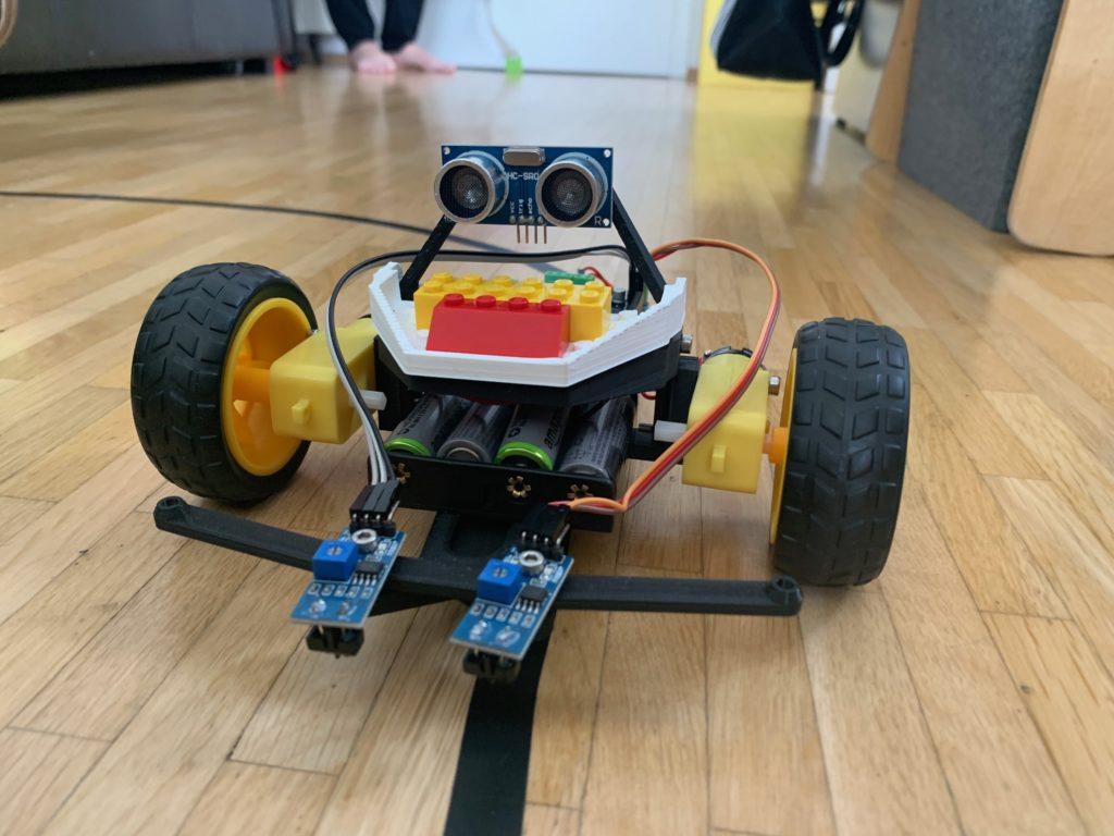 Bild eines selbstgebauten Roboter im Young GarageLab Kurs