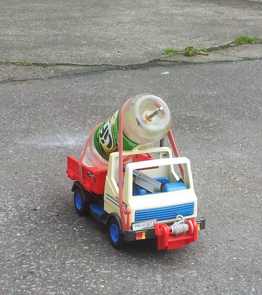 Ein Playmobil Auto, eine 0,5 L Flasche und ein paar Gummis reichen. Fertig ist der RocketDragRacer